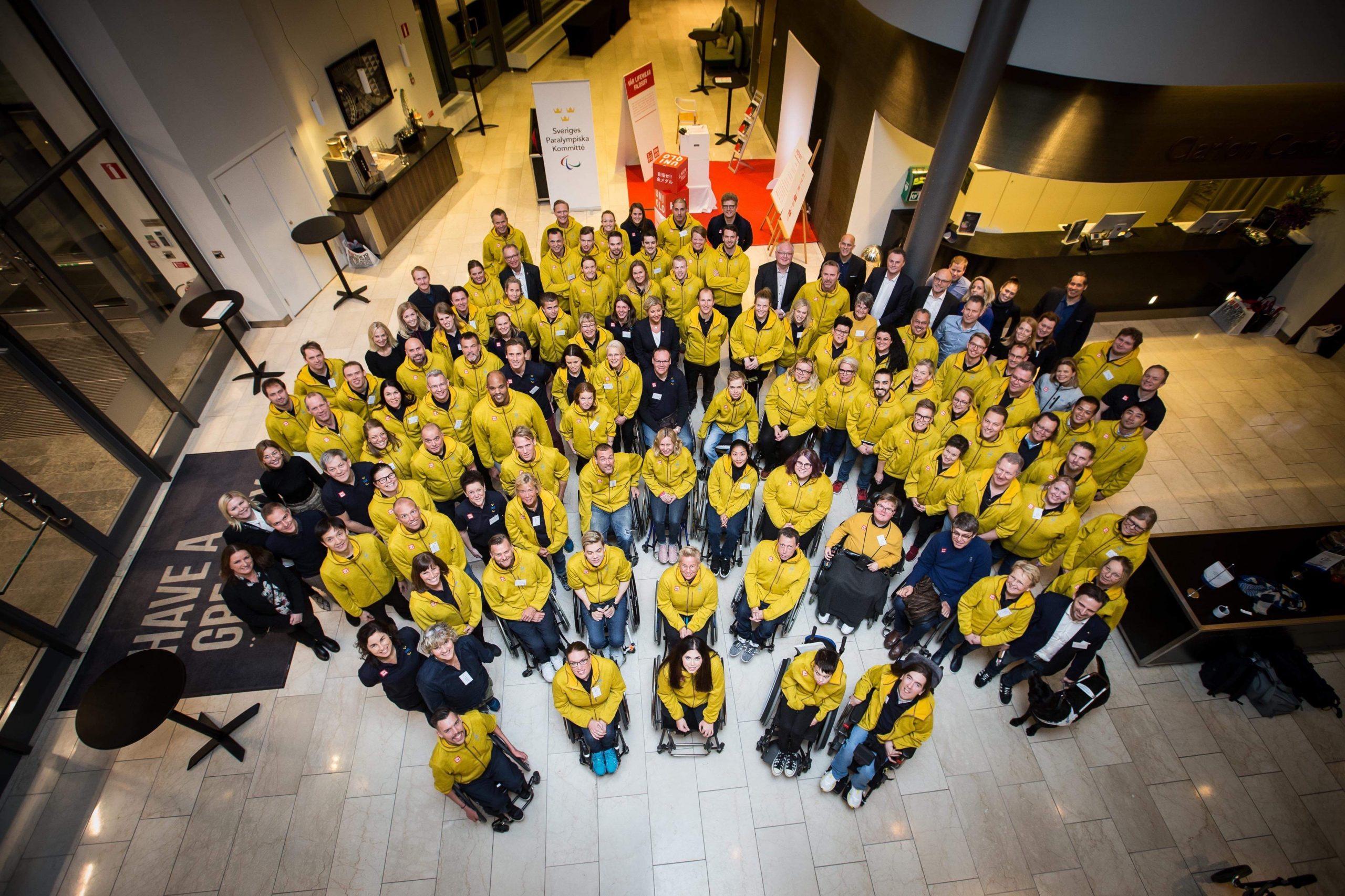 De svenska paralympiska kandidaterna med sponsorer och gäster. Fatmir Seremeti står med Gibson mitt i klungan.