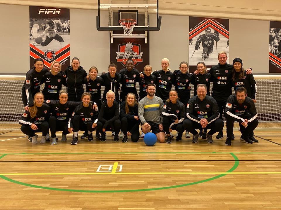 Fatmir Seremeti tillsammans med mästarlaget FC Rosengård. Bredvid Caroline Seger
