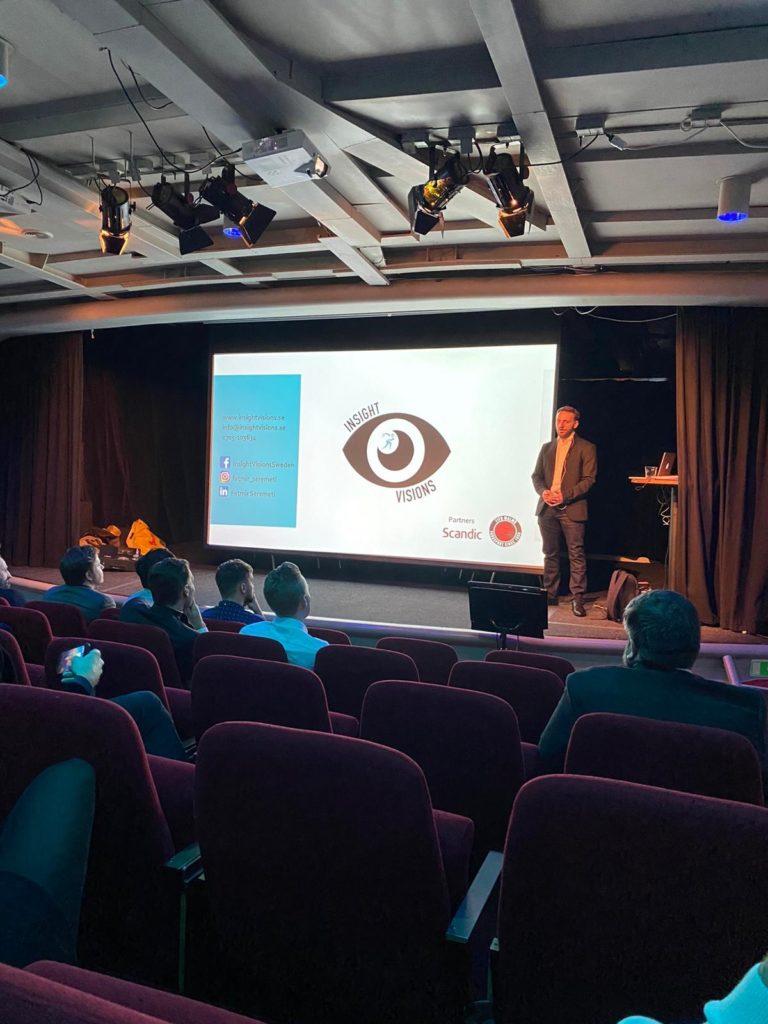 Fatmir Seremeti står på scen på Teaterskepet i Stockholm och föreläser på LeoVegas winter summit 2020.
