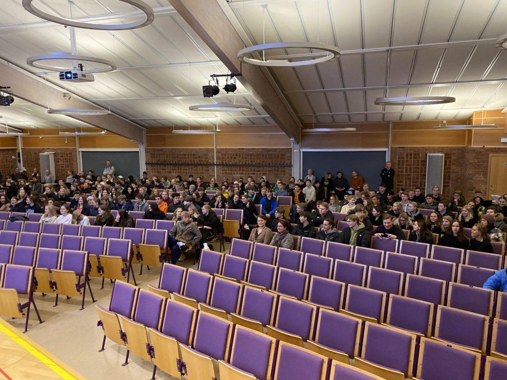 Fatmir Seremeti föreläser för 300 elever på Polhemskolan i Lund.