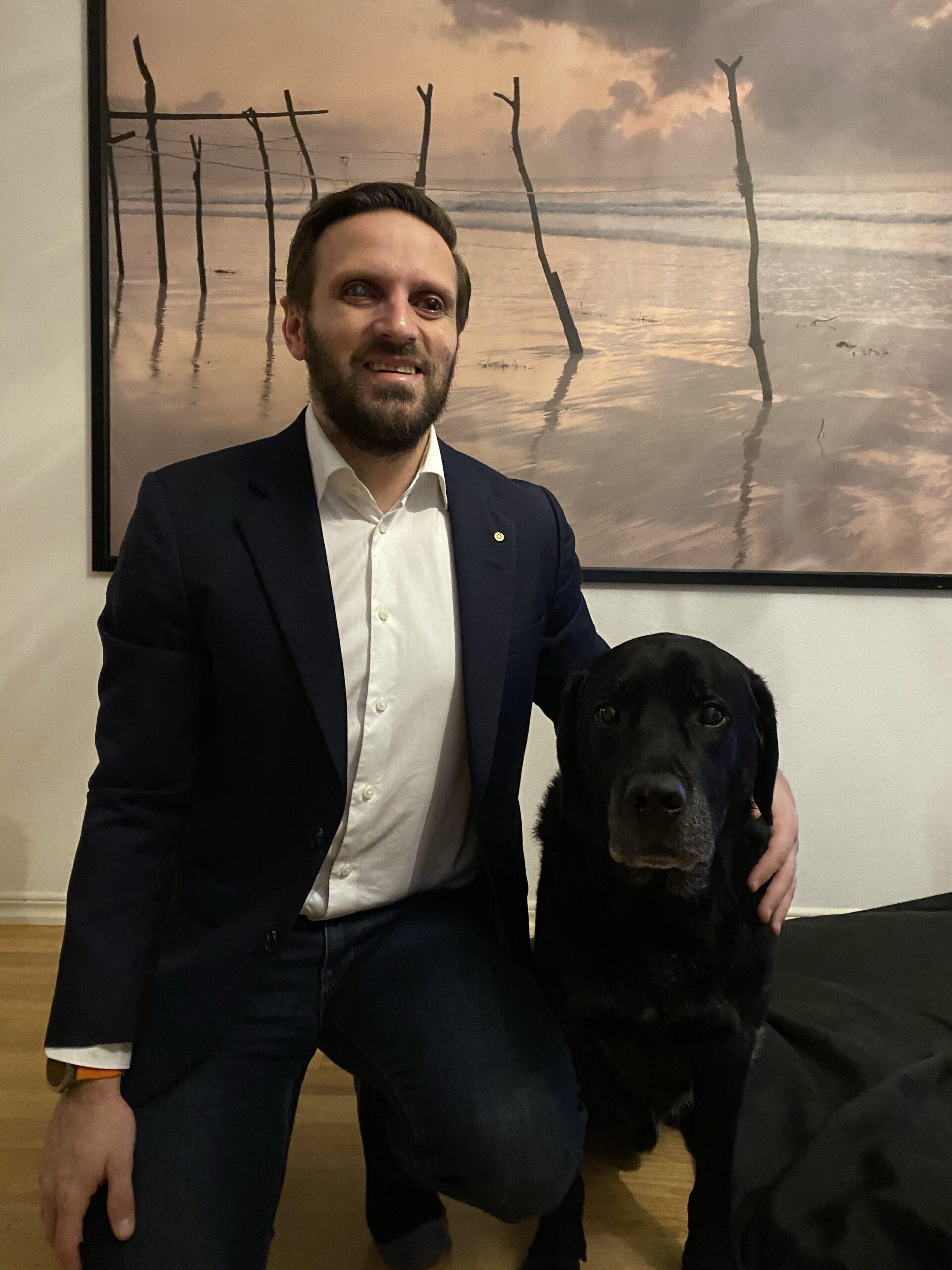 Fatmir Seremeti och ledarhunden Gibson